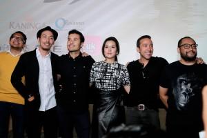 """Cast & Crew dari film """"TERJEBAK NOSTALGIA"""" berfoto bersama"""